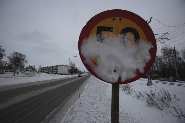 Vaikka tienpitäjän vastaa liikennemerkkien selkeydestä, autoilijan on muistettava, että taajamissa on yleisesti voimassa 50 km/t:n rajoitus.