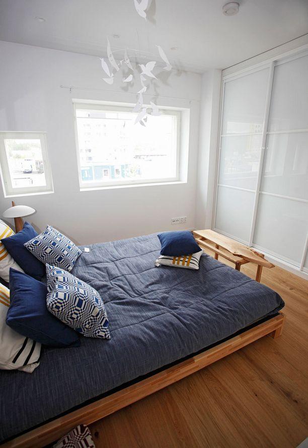 Pienessä tilassa seinäpinnat kannattaa käyttää hyödyksi jopa kattoon asti. Likuovi kätkee tavarat.