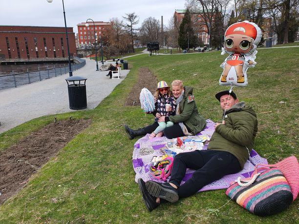 Tampereen Koskipuisto olisi normaalisti vappuna aivan täynnä väkeä. Nyt tilaa oli runsain mitoin. Larissa ja Robin halusivat tulla ulkoilemaan Mary-tyttären kanssa.