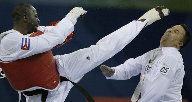 Vuonna 2000 olympiakultaa voittanut Angel Valodia Matos potkaisi ruotsalaistuomari Chakir Chelbatia päähän sen jälkeen, kun tuomari oli tuominnut Matosin ottelun häviäjäksi ennen täyttä aikaa.