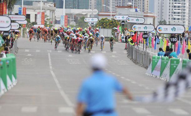Silmittömästi kilpailijatallin henkilökunnan kimppuun hyökännyt Wang Xin sai lähtöpassit Hainanin ympäriajosta.