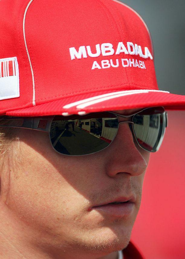 Tällä hetkellä Ferrari-lätsä on vielä syvällä Kimin päässä.