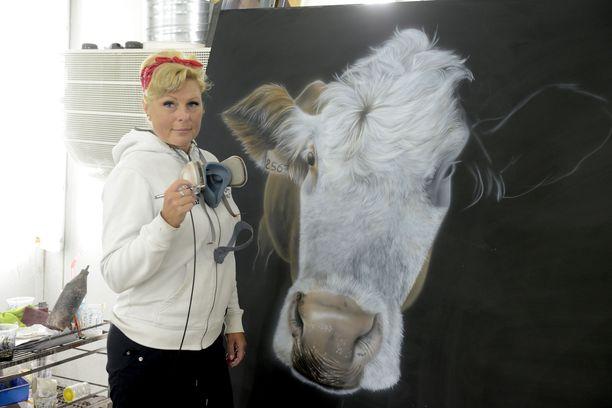 Ninan kynäruiskusta lähtee vaikka lehmämaalaus.