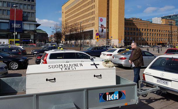 Taksijärjestelmä muuttuu ensi vuoden elokuussa. Taksinkuljettajat järjestivät mielenilmauksen Helsingin keskustassa.