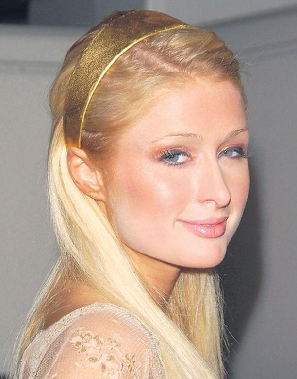 Paris Hilton yritti huiputtaa valokuvaajia valeasun avulla.