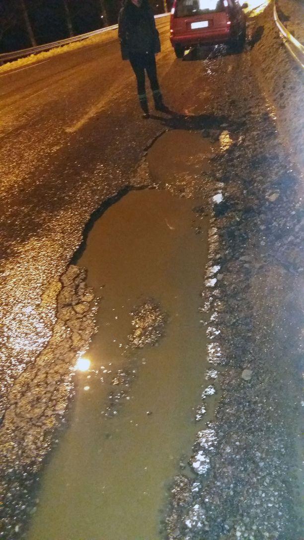 Pieni ämpärinpohjan kokoinen monttu oli vehähtänyt karmeaksi syväksi kraateriksi Varkaudessa.