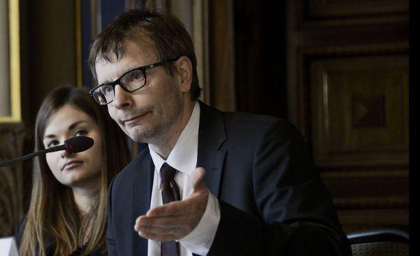Helsingin yliopiston sosiaalipolitiikan professori Heikki Hiilamo ennakoi soten toimeenpanoon nyt kaavailtuja pidempiä siirtymäaikoja.