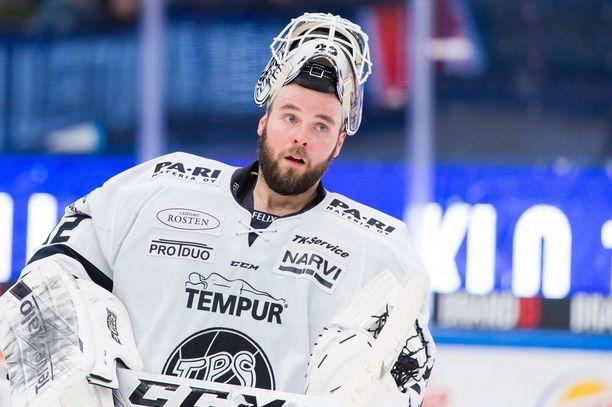 Rasmus Tirronen torjuu tänään Leijonien maalilla.