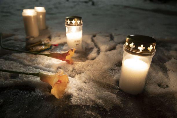 Epäillyn murhan uhriksi joutuneen pojan muistolle sytytettiin kynttilöitä Arabianrannassa.