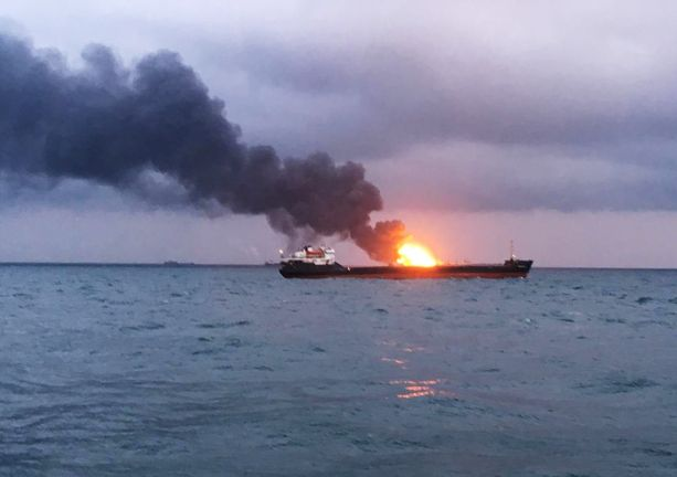 Toinen laivoista roihusi ilmiliekeissä Mustallamerellä maanantaina.