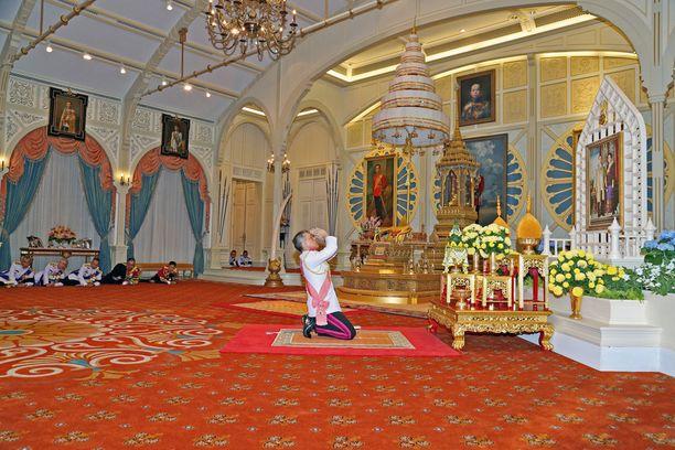 Thaimaan uusi kuningas Maha Vajiralongkorn johti isänsä muistoksi pidettyä televisioitua rukoushetkeä.