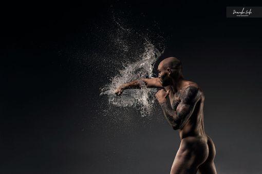 Puolalaisnyrkkeilijä Maciej Sulecki lyö veden läpi.