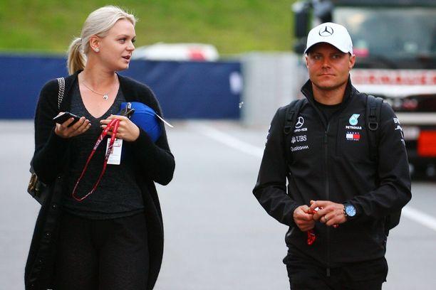 Emilia ja Valtteri Bottas eilen varikkoalueella F1-kauden yhdeksäntenä GP-viikonloppuna Itävallassa.