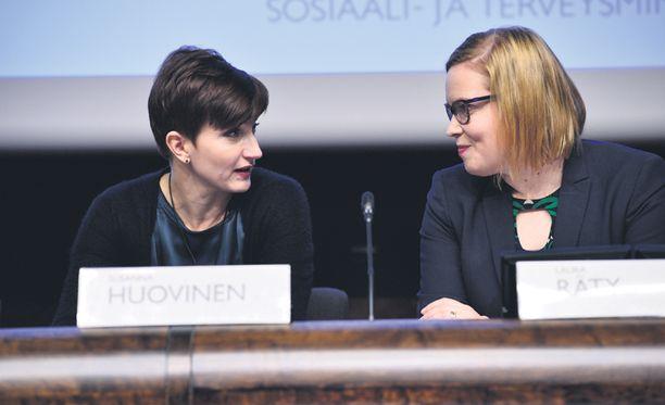 Sote-uudistuksen tiedotustilaisuus. Peruspalveluministeri Susanna Huovinen ja sosiaali- ja terveysministeri Laura Räty.