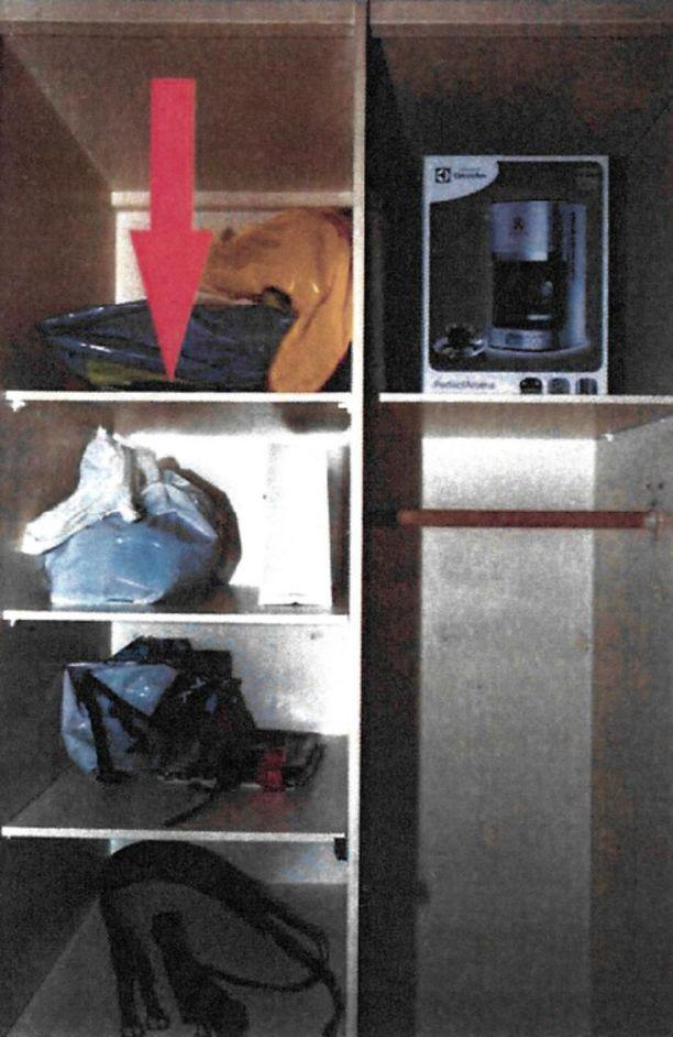 Poliisi takavarikoi sarjakuristajan eteisen kaapista muovipussin, josta löytyi muun muassa nahkahansikkaita ja nahkavöitä. Pussin alla oli kuristamisfetissiin liittyvä pornolehti.