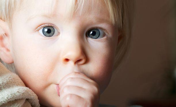 Hammaslääkärin mukaan peukalon imemisestä pitäisi päästä eroon viimeistään nelivuotiaana.