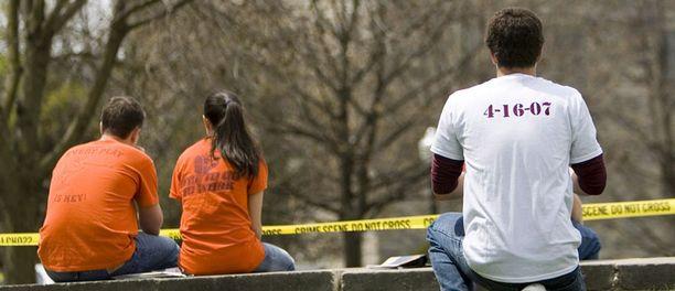 Opiskelija pukeutui kaksi päivää tapahtuneen jälkeen t-paitaan, jolla muistettiin verilöylyn uhreja.