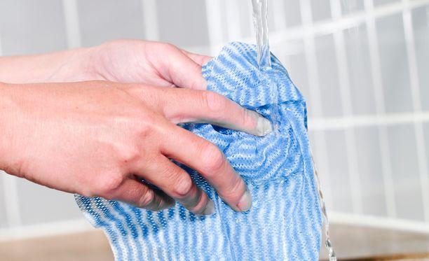 Tiskirätti puhdistuu vedellä ja saippualla. Biosidejä sisältävät tuotteet kannattaa jättää ammattilaisten käyttöön.