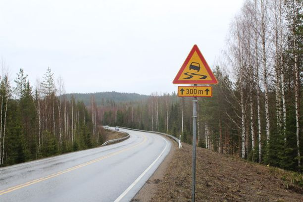 Onnettomuuspaikan molemmin puolin varoitellaan liukkaudesta.