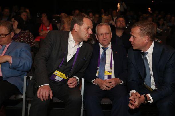 Jan Vapaavuori (vasemmalla) ja Petteri Orpo (oikealla) ovat kavereita, mutta eri puolella sote-kiistoissa. Keskellä kokoomuksen eduskuntaryhmän puheenjohtaja Kalle Jokinen.