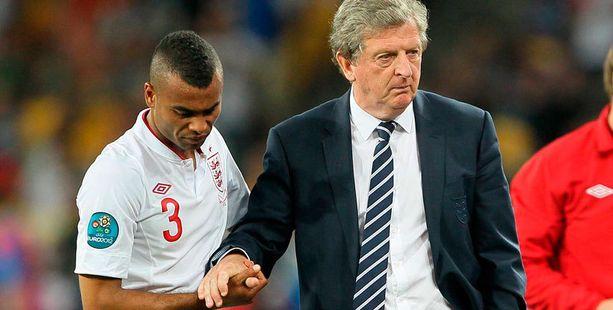 Roy Hodgson lohdutti ratkaisevan pilkun mokannutta Ashley Colea viime kesän EM-kisojen puolivälierän jälkeen.