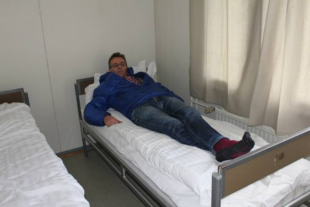 Projektipäällikkö Juha Jokelainen piti pienen lepohetken pakolaisia odottavassa huoneistossa. Viime viikkojen työpäivät ovat olleet pitkiä.