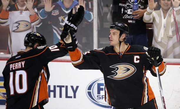 Corey Perry ja Ryan Getzlaf juhlivat maalia Oilersia vastaan.