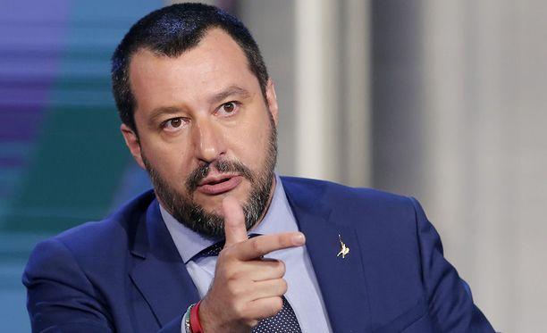 Italian sisäministeri Matteo Salvinin mukaan kansainvälisten hyväntekeväisyysjärjestöjen ei pitäisi pelastaa siirtolaisia Libyan edustalla Välimerellä.