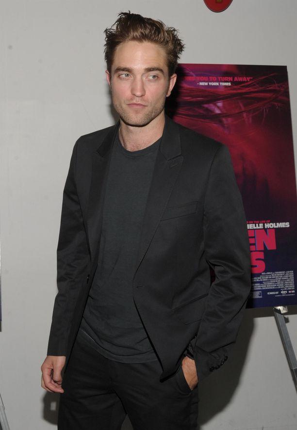 Robert Pattinson on koronaviruksen saatuaan eristäytynyt. Hänen voinnistaan ei ole kerrottu mitään julkisuuteen.