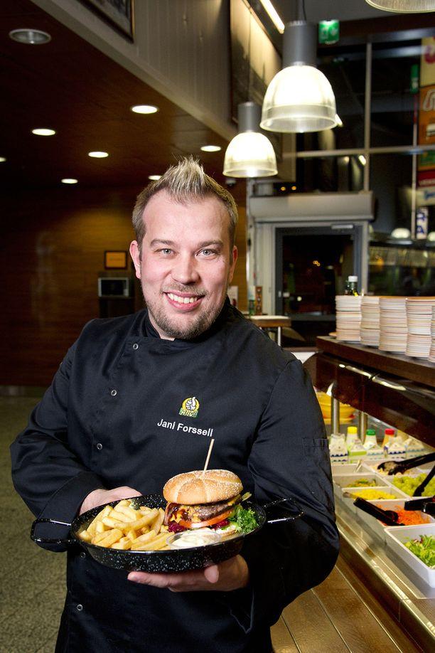 ABC-ravintoloiden tuotekehityspäällikkö Jani Forssell käy kouluttamassa keittiöhenkilökuntaa heidän työpaikoillaan ympäri Suomen.