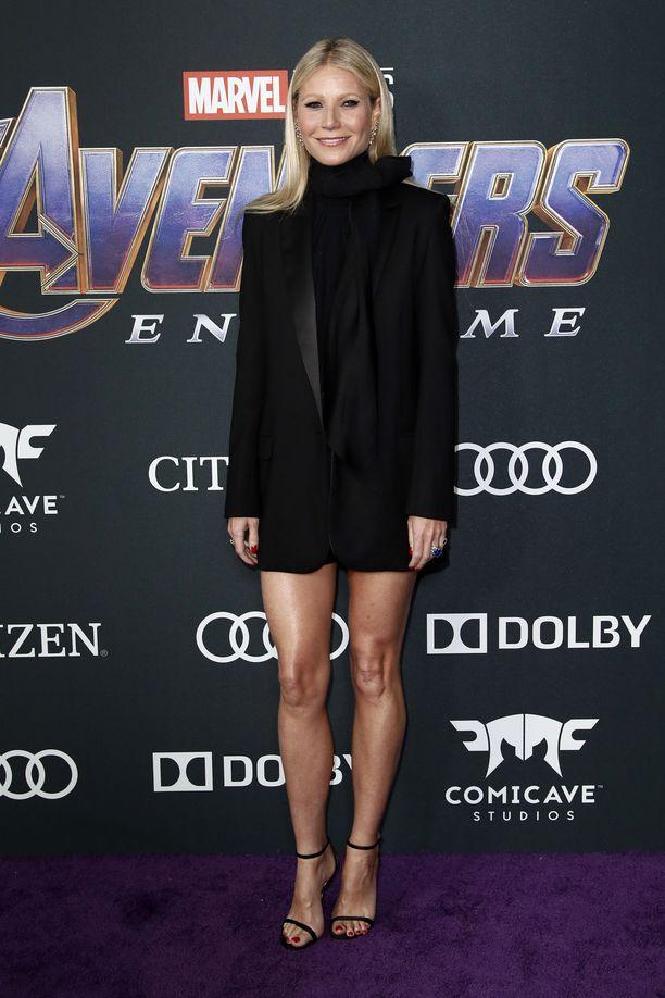 Gwyneth Paltrow on ollut tyyli-ikoni jo 1990-luvulta lähtien. Tämä minimittaisen mekon ja bleiserin yhdistelmä näyttää sekä seksikkäältä että skarpilta, ja sandaletit taas ovat malliesimerkki kauden kuumimmista kengistä.
