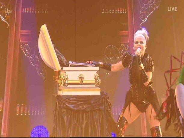 Lady Gagan Bad Romance -kappaleen tulkinta kuori Saarasta esiin draamakuningattaren.