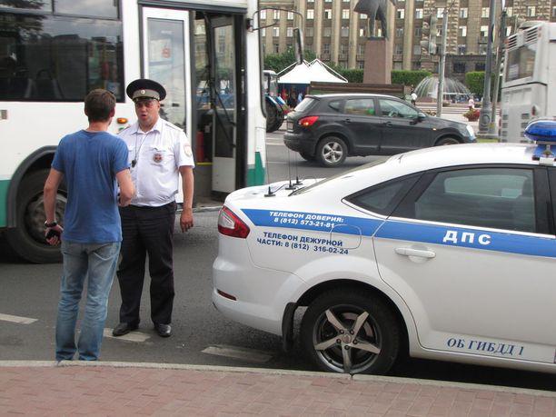 Transparency Internationalin mukaan kiikkiin jäänyt kuljettaja selviytyy kiperästä tilanteesta usein sujauttamalla setelin liikennepoliisin taskuun.