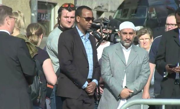 Turun islamilaisten yhdyskuntien imaamin Zaid Esmailin (oikealla) mukaan islamilainen yhteisö on sokissa tapahtumista.