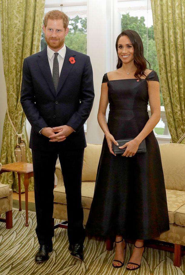 Gabriela Hearstin puvun leikkaus ja muodikkaat narusandaletit tekevät tästä lookista hienostuneen mutta samalla trendikkään.