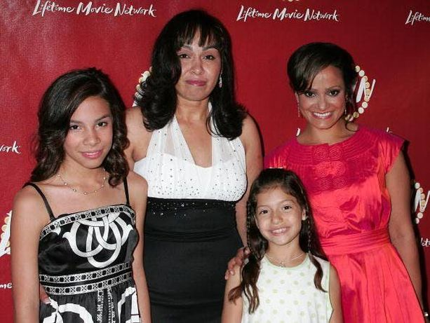 Delimarin hurjasta elämästä on tehty elokuva. Vasemmalla Delimar Vera ja hänen äitinsä, oikealla heitä näytelleet näyttelijät.