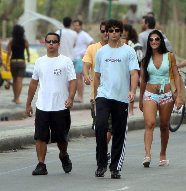 Jesus Luz kuherteli silminnäkijöiden mukaan 31-vuotiaan Luciana Costan (oik.) kanssa. Bileitä seuraavana päivänä pari kävi kävelyllä.