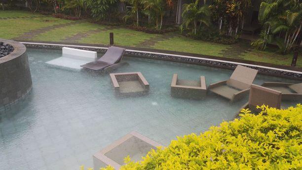 Mauritiuksella kalusteet on viety ulkoa on sisälle ja osan kalusteista henkilökunta on heittänyt altaaseen, jotta tuuli ei veisi niitä. Trooppisen syklonin odotetaan iskevän Mauritiukselle yöllä.