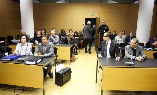 Hilkka Ahde ja Timo Räty Helsingin käräjäoikeudessa marraskuussa 2013.