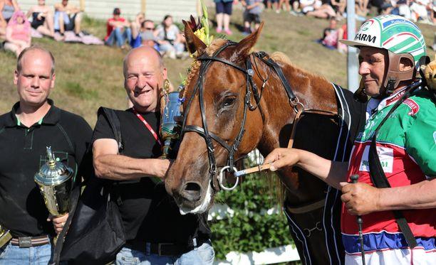 Markku Hietanen (oikealla) ja omistaja-valmentaja Ari Ojala-Nisula poseerasivat Akaasian vieressä onnistuneen lauantain jälkeen.