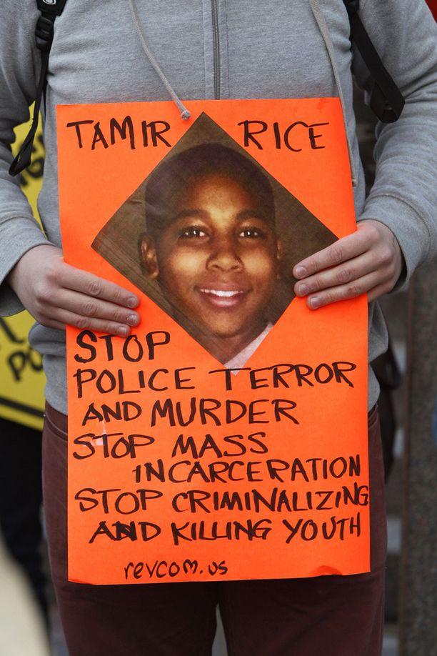 Mielenosoittaja piti 12-vuotiaan Tamir Ricen kuvaa Ohiossa 2014. Rice leikki kuula-aseen kanssa puistossa, kun paikalle kurvasi poliisipartio. Poliisit ampuivat Ricen kuoliaaksi välittömästä autosta noustuaan. He eivät saaneet syytettä.