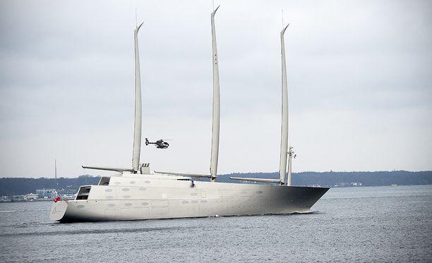 Sailing Yacht A maksoi arvioiden mukaan noin 450 miljoonaa euroa. Miehistöä on 54 henkeä.