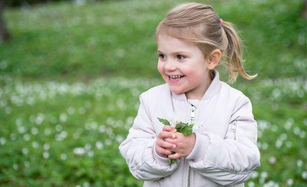3-vuotias Estelle iloitsi keväisestä Solnasta.