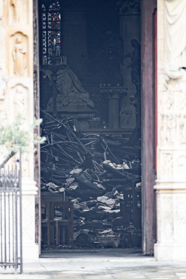 Notre Damen sisälle putosi paljon rojua katon tuhoutuessa.