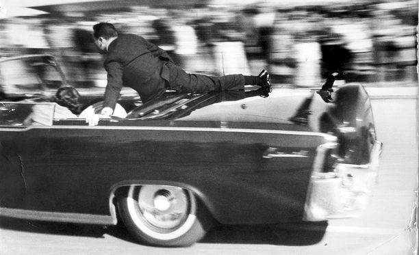 Laukaukset ovat kajahtaneet, JFK on lyyhistynyt vaimonsa syliin.