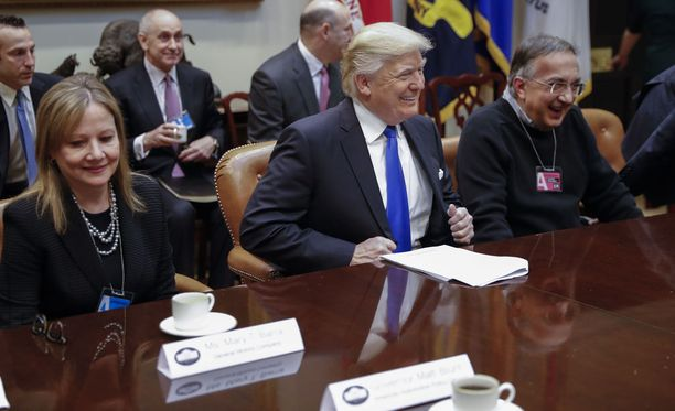 Trump (kesk.) ja Marchionne (oik.) kuvattuna tammikuussa 2017.