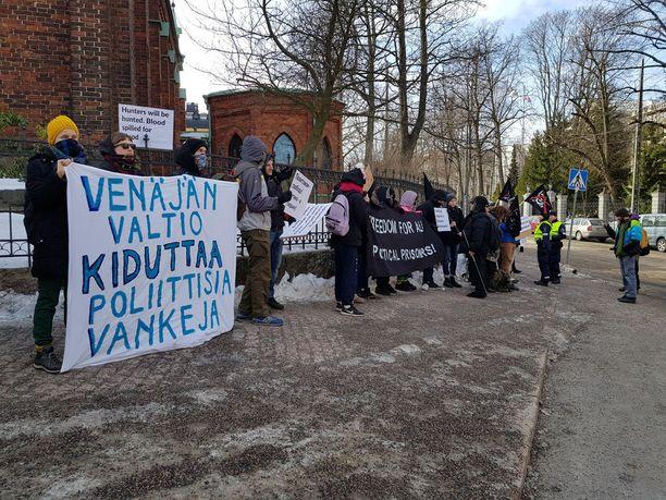 Äänestyksen kanssa samaan aikaan kadun toisella puolella kokoontui mielenosoitus, joka vastusti muun muassa Venäjän viranomaisten tekemiä kidutuksia ja ihmisoikeusloukkauksia.