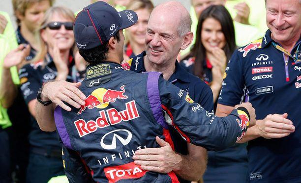 Adrian Neweyn tietotaito arvostetaan korkealla F1-varikolla. Kuvassa hän onnittelee Red Bull -tallin tuoreinta GP-voittajaa Daniel Ricciardoa.
