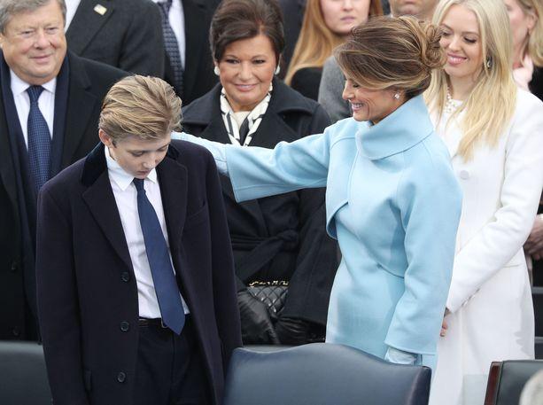 Barron Trump äitinsä Melanian kanssa Donald Trumpin virkaanastujaistilaisuudessa 20.1.2017. Kuvassa takana isovanhemmat Viktor ja Amalija Knavs ja nuorin isosiskoista, Tiffany Trump (oik.).