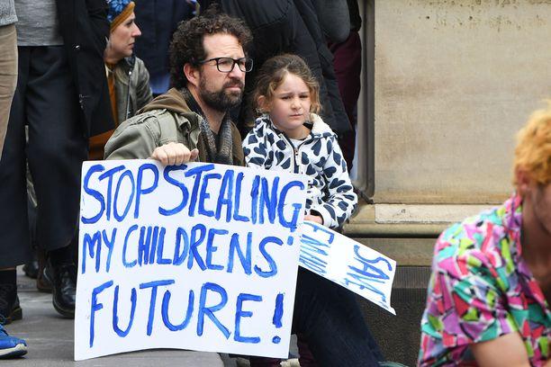 """Ilmastokriisiä vastaan protestoitiin Australian Melbournessa kuun alussa. """"Lakatkaa varastamasta lasteni tulevaisuutta"""", miehen kyltissä luki."""